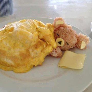 ein bärchen schläft auf dem Teller