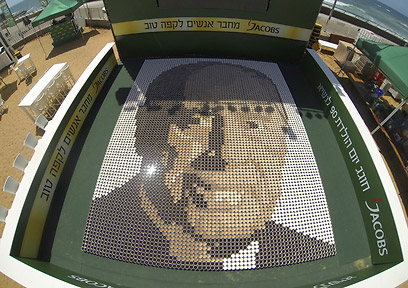 ein bild aus 6000 kaffeetassen